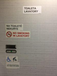 Sleduj značku či sú toalety voľné alebo obsadené. Na týchto toaletách sa nachádza aj prebaľovací pult pre bábätká (zistíš to podľa obrázka na dverách)