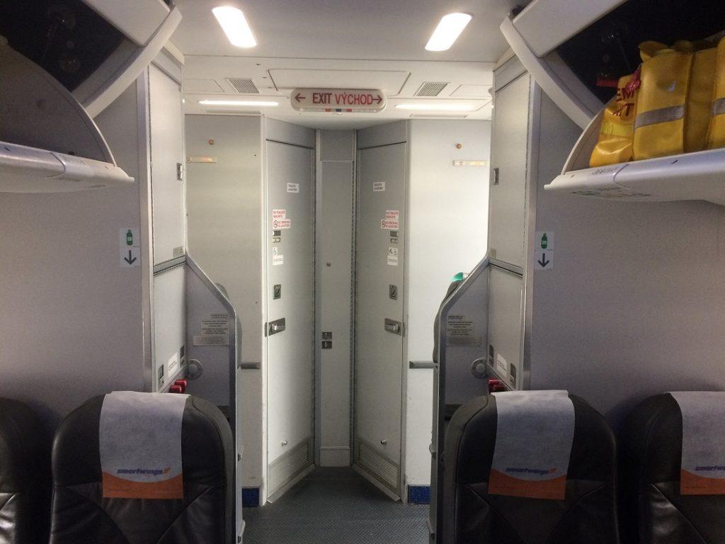 Toalety v zadnej časti boeingu 737-900. Na tomto type lietadla chýba zadná kuchynka a toalety sa nachádzajú pri zadných východoch