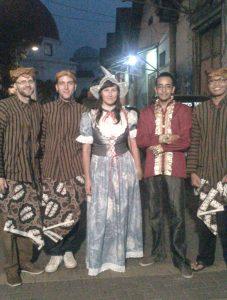 Foto s ostatnými stážistami, ktorí boli v indonézskom kostýme